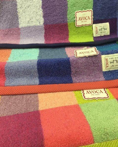 ひつじのマーク 鮮やかな色合いのアヴォカのタオルが入荷しました